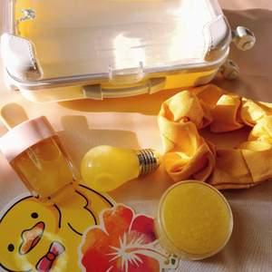 I vår Travel bundles får du 2 st läppglans, en lip scrub, en scrunchie, stickers, en liten gulligt resväska och kanske ett par örhänge om du är lycklig 🥰 finns i gul, lila, rosa och blåa. Res väskan kan användas att spara/ hålla smycke efteråt 💕 frakten ligger på 25kr eftersom väskan kan vara tungt. Skicka alltid bild på paketet innan jag posta. FÖR MER INFO OCH RABATT KODER KAN NI KÖPA GENOM MIN WEBBSIDA. RABATTER FINNS PÅ MIN INSTA @BGMBEAUTYCOSMETICS 💕