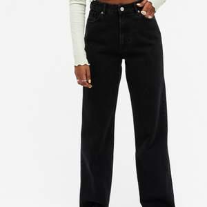Straight leg Taiki jeans från Monki i strl 26. Använt ett antal gånger men de är ej märkbart. De är nästan som nya skulle jag vilja säga :) Säljer då de helt enkelt inte kommer till användning.