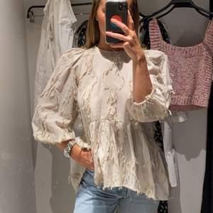 Har en söt blus med fransar på från Zara. Köpt förra året och har använt ett fåtal gånger❣️