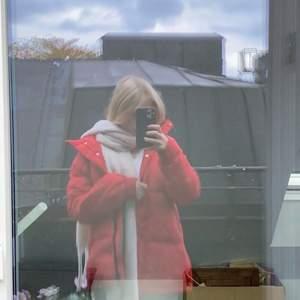 Säljer denna snygga röda varma fluffiga jacka i XS ( den är ganska stor i storleken). Nästan oanvänd❤️
