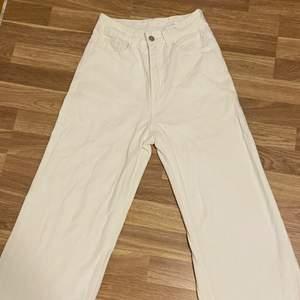 nu säljer jag min nya vita jeans men som tyvärr var för stora. använt 1 gång (provning) köparen står för frakten.