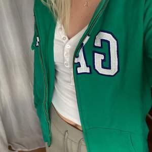 zip up hoodie från gap köpt second hand! Superfin färg och jättebra skick! BUD ÄR BINDANDE!