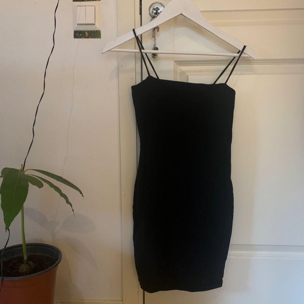 Enkel klänning från hm, aldrig använd😇. Klänningar.