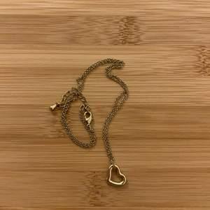 Gulligt halsband med ett hjärta