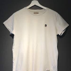 Säljer vit t-shirt i fint skick, använd max 10 tillfällen.