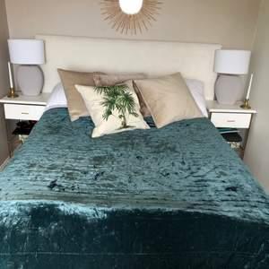 Ett grönt överkast från H&M home i nytt skick plus en kudde till för 50kr om man vill köpa till!