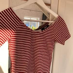 Använt en del förr förra sommaren sedan dess bara legat i garderoben! Fin tröja att ha på sommaren, frakten tillkommer 💛