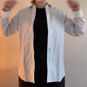 Vit skjorta med svarta tunna ränder
