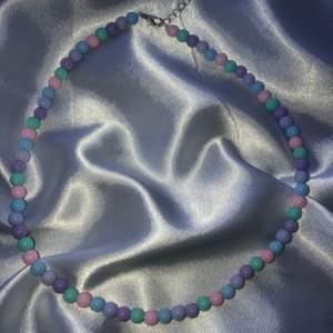 Super snyggt halsband som är perfekt att matcha med andra snygga smycken nu till sommaren🥰 frakten är gratis✨