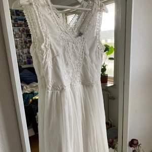Säljer en vit klänning som är i perfekt skick, inga fläckar osv💖Den är perfekt nu till studenten eller även till sommaren!