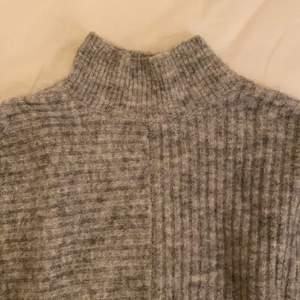 Grå super snygg (knappt använd) stickad tröja. Strlk s men passar större storlekar också