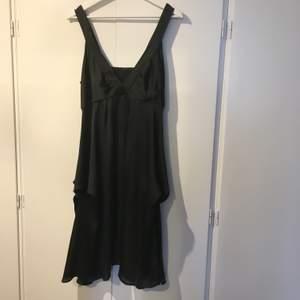 En svart klänning storlek 42. Är i ny skick. Kommer från Ellos. Frakt ej inkluderat