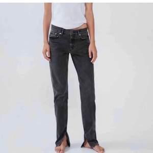 INTRESSEKOLL på dessa grå zara jeans med slitning på insida lår i storlek 36. Buda i kommentarerna