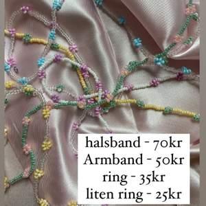 super gullig och fina smycken i massa fina färger. ifall de finns speciella önskemål på färger går detta självklart att fixa så länge vi har färgerna. smycken som säljs är halsband, armband, ringar och vi funderar på att skapa örhängen 🤩🤩🤩