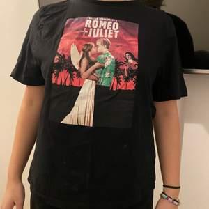 T-shirt med tryck från en av mina favorit filmer Romeo och Juliet! Storlek S. Den är tyvärr för liten för mig nu!