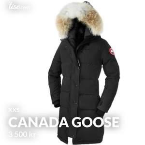 Säljer min canada goose i modellen shelburne parka. Köpt för 10 tusen säljer för 5000. Jackan är i super bra skick inget är slitet eller förstört utan jackan ser ut som ny.Jackan är såklart äkta har kvitto som kan bekräfta det. För mer info hör gärna av dig! 🤍