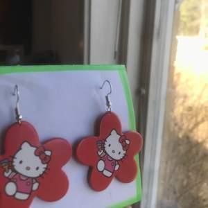 röda trendiga hemgjorda hello kitty örhängen!❤️ kontakta mig privat❣️❣️