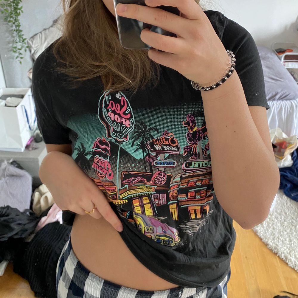 Skön T-shirt med tryck aldrig använd. T-shirts.