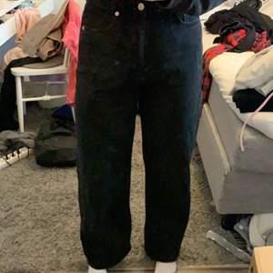 Svarta Na-kd jeans, uppsydda för att passa mig som är 170cm. Använda fåtal gånger, fler bilder kan fås vid intresse.