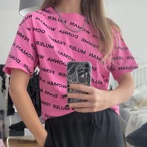 Skit snygg rosa t-shirt 💗 köpt i usa för ca 2 år sedan och använd 3-4 gånger. Skicka privat vid frågor eller intresse💕