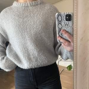 Säljer en grå stickad tröja från H&M, 80 kr + frakt