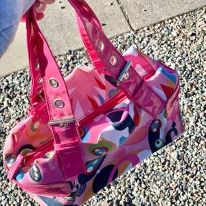 Så himla snygg handväska. Den är köpt i London och kostar 100kr !💓 den är secondhand och super snygg.💓