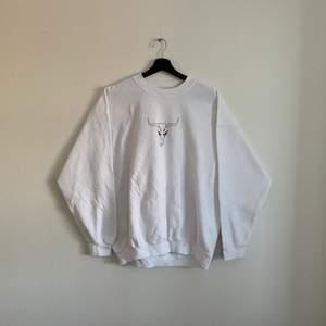 """Vintage Sweatshirt """"T-bones"""" Den är i bra skick och i storlek XL men passar dock mindre, hänvisa till modellen som är 180cm"""