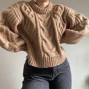 Fin chunky stickad tröja i brun-beige färg! Kommer tyvärr inte till användning. Stor i armarna och väldigt grovt stickad. Väldigt varm och skön! Skriv ett meddelande för mer info eller bilder☀️