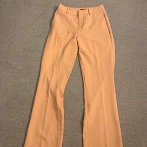 Jättefina och bekväma kostymbyxor i en beige färg. De är i jättebra skick, då de bara har använts ett fåtal gånger.