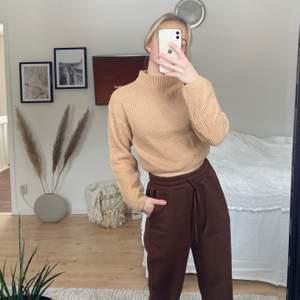 En jätteskön och mysig cropped stickad tröja, varm och mysig🤎🤎