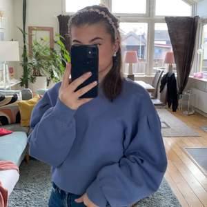 Säljer denna superfina tröjan då jag inte gillar lila och har använda den 2 gånger⭐️Buda från 150kr! Köpt för 299kr tror jag ☺️Köparen står för frakten🤎