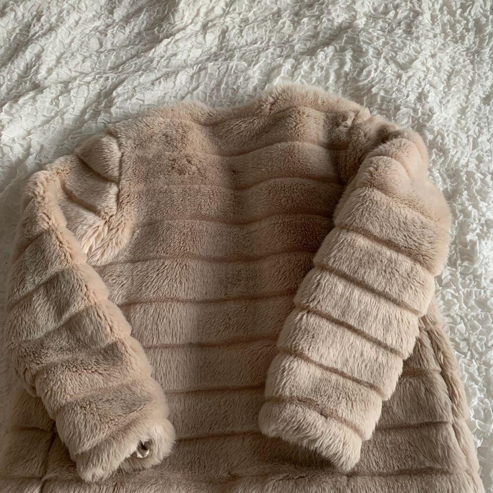 Beige jacka i fejkpäls. Från nakd i storlek S. Normalt slitage.. Jackor.
