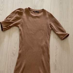 """Jättefin beigebrun ribbad klänning från zara, säljer då den inte kommer till användning, går lite längre ner över knäna och är runt 150 cm, """"puffärmar""""  köparen står för frakten💞"""