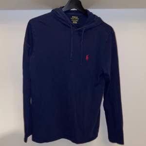Säljer en blå Polo Ralph Lauren Cotton Jersey Hoodie. Köpt på boozt.com för 795kr+frakt. Använt ett fåtal gånger men bra skick (9/10). Priset är förhandlingsbart och köparen står för eventuell frakt.