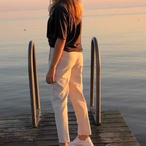Jättefina beiga kostymbyxor från Zara. Kontakta mig om du vill ha fler bilder! 🥰
