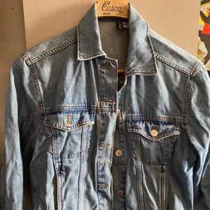 En jeansjacka i jättebra skick, 80-tals aktigt❤️