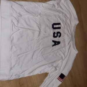 Säljer den här snygga lager 157 långärmad tröja med en USA flagga på vänsterarmen och USA text på framsidan. Pris 70kr , köparen står för frakt