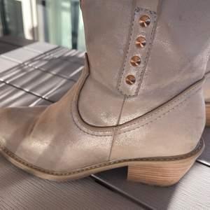 Ett par cowboy boots som är väldigt snygga. Har haft dom länge men kommer tyvärr inte till användning. Stolek 38 och är i väldigt fint skick💛För mer information skriv privat💛💛