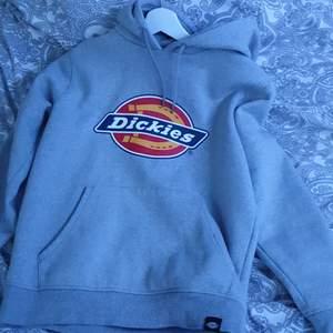 Ny grå dickies hoodie storlek S. Har inte blivit andvänd så mycket pga att den inte såg lika bra ut på mig som på alla andra! Kp om du vill köpa