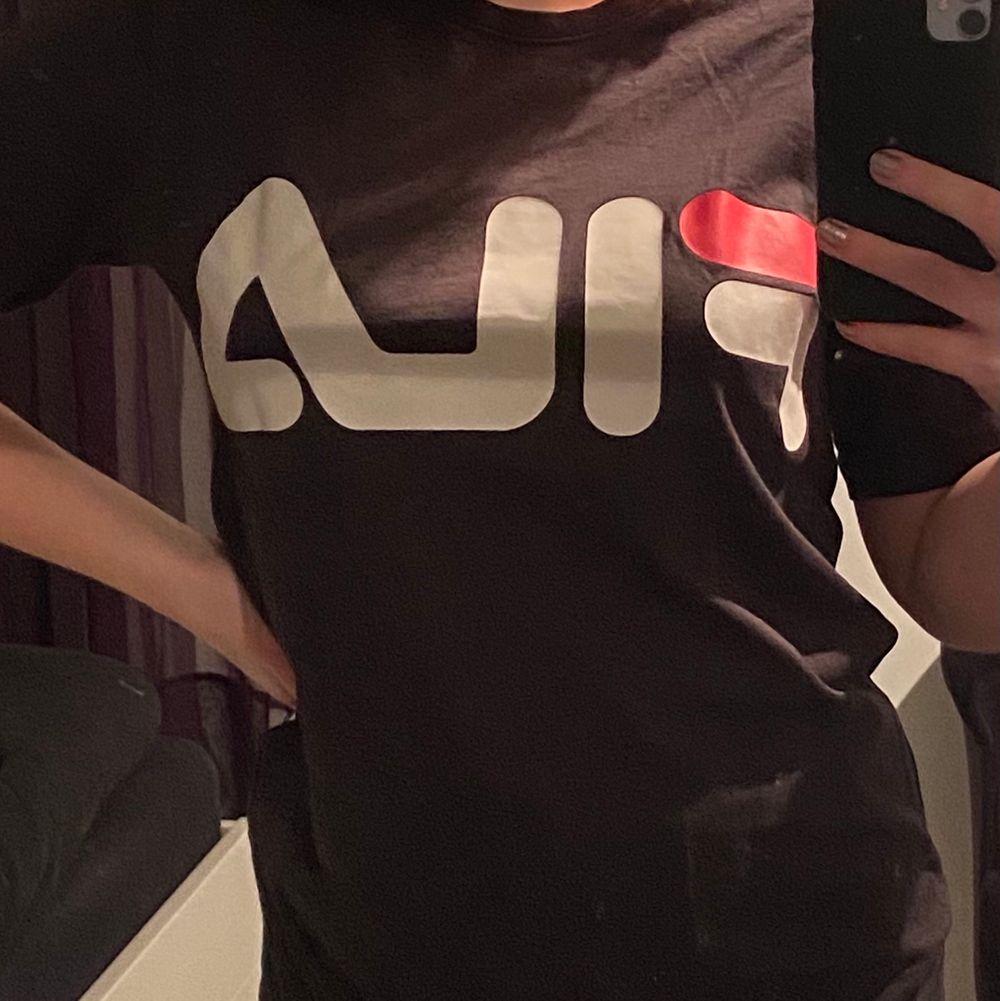 Brun T-shirt från Fila!                                                   Fint skick                                                            Storlek S                                                             Köparen står för frakten! (Kan ej mötas upp pga Corona)                                                       Hör av dig om du undrar över något💕. T-shirts.