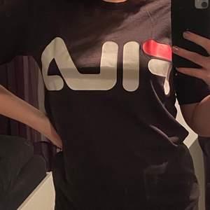 Brun T-shirt från Fila!                                                   Fint skick                                                            Storlek S                                                             Köparen står för frakten! (Kan ej mötas upp pga Corona)                                                       Hör av dig om du undrar över något💕