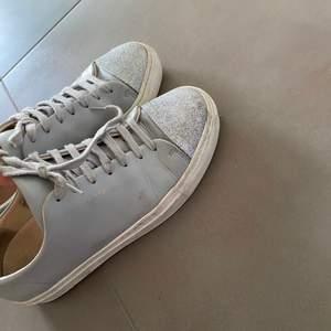 Fina Axel Arigato sneakers med glitter vid tårna! Super fina och sparsamt använda!