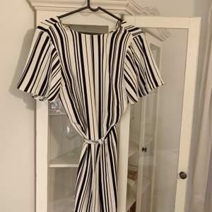 En helt perfekt och oanvänd klänning som tyvärr har blivit för liten för mig! Helt oanvänd