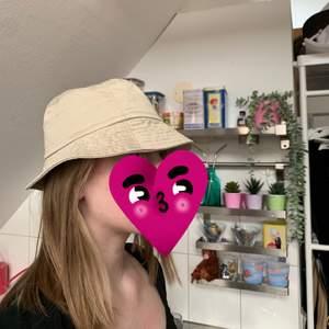 Säljer denna beigea bucket hat! Passar mindre huvuden! Skriv vid intresse