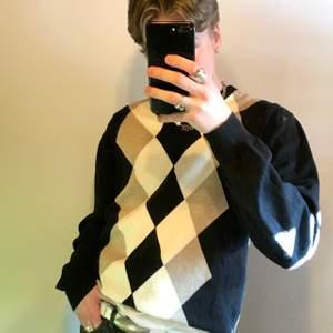 Fin stickad tröja med rutmönster. Bra kvalite! frakt: 63kr (postnord spårvart)  Dessa är enda bilderna som jag har på plagget! :)