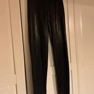 Skinn leggings med ormskinns -effekt