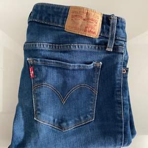 Säljer mina Levis jeans i modellen 711 skinny, storlek 27 som motsvarar storlek 36-38. Använda fåtal gånger och är i mycketbra skick. Kan mötas upp i Göteborg men kan även skicka.🥰