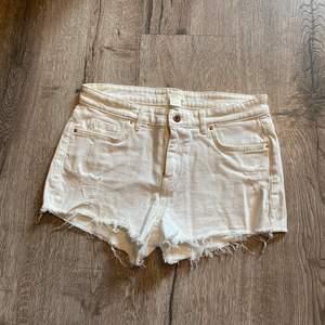 Vita jeansshorts i storlek 36. Använda 2-3 gånger. Fint skick. Fraktavgift tillkommer. Skicka privat meddelande om du har några frågor💕