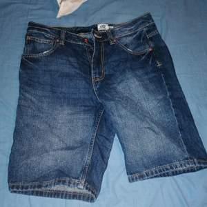 Ett par shorts för killar som passar till de mesta! Budgivning + köpare står för frakt