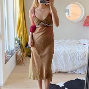 Så fin klänning från Sand köpt secondhand💖 storlek M och visas på mig som är 176cm lång💕 bara att skriva för fler bilder eller mått💕